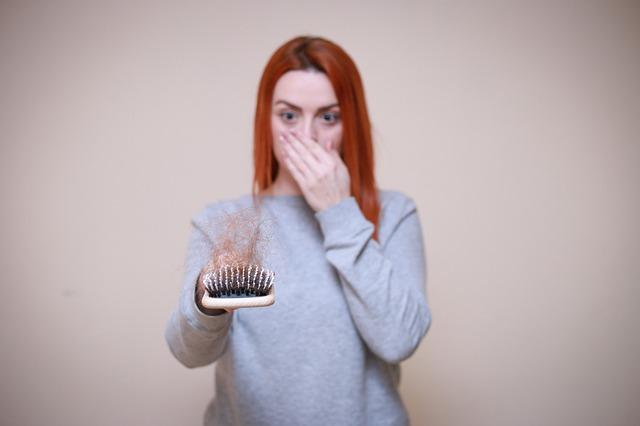 Tout savoir sur la calvitie: causes, symptômes et traitements